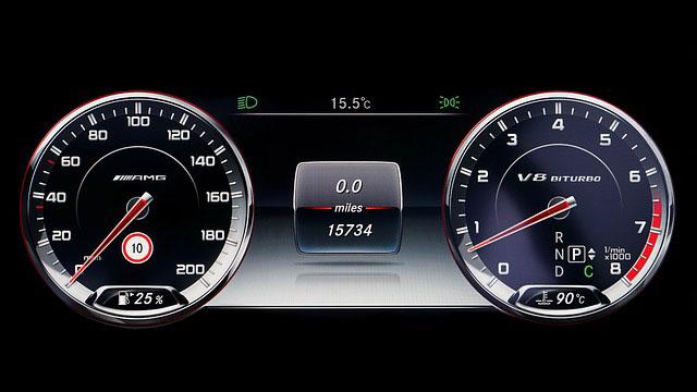 Elektroniczne zegary w Mercedesie klasy S w wersji AMG