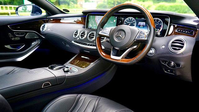 Wnętrze Mercedesa klasy S AMG Coupe z kierownicą po prawej stronie